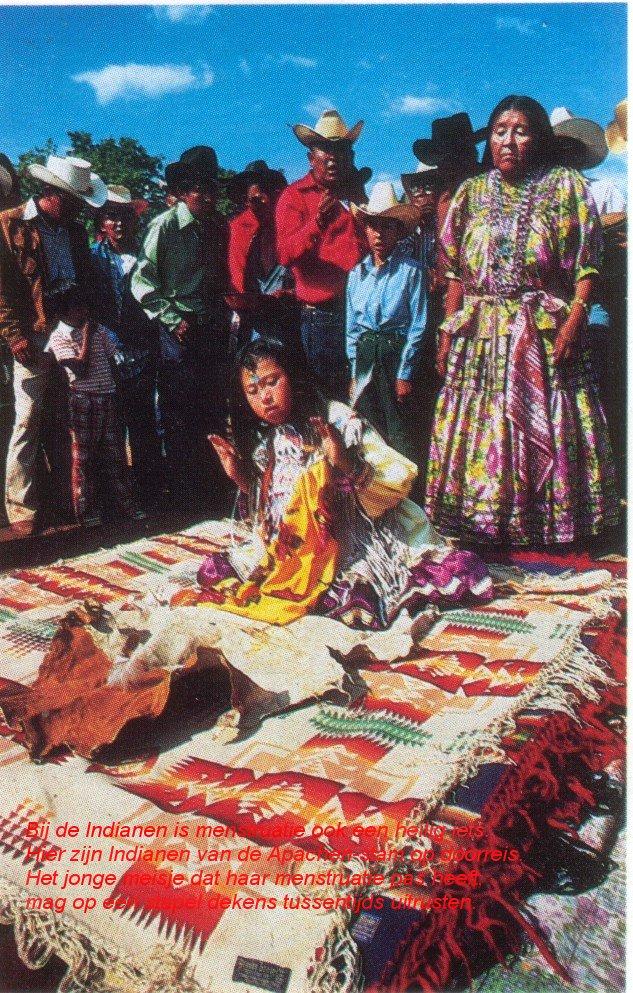 Bij de Indianen is menstruatie ook een heilig iets. Hier zijn Indianen van de Apachen-stam op doorreis. Het jonge meisje dat haar menstruatie pas heeft, mag op een stapel dekens tussentijds uitrusten.